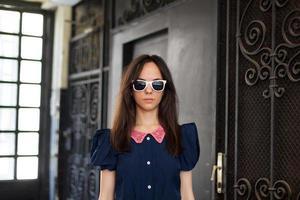 giovane donna con gli occhiali in piedi nel corridoio