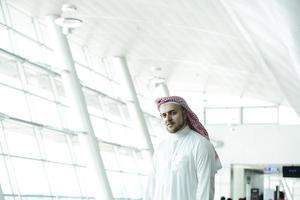 moderno uomo d'affari arabo in aeroporto foto