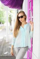 ritratto giovane ragazza che indossa occhiali da sole e camicia