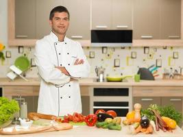 chef fiducioso in piedi in cucina foto