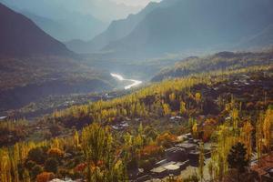 vista del paesaggio autunnale della catena montuosa del karakorum foto