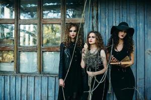 tre donne vintage come streghe