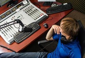 dj che lavora davanti a un microfono foto