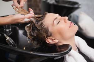 cliente che si lava i capelli foto