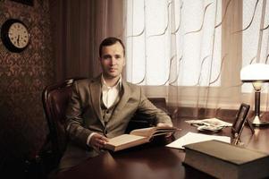 uomo d'affari in interni domestici con un libro