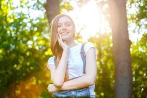 bella giovane donna dai capelli rossi sorridente foto