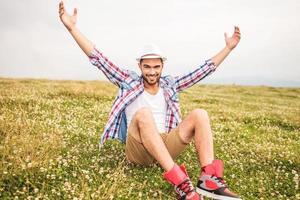 giovane uomo casual celebra il successo foto