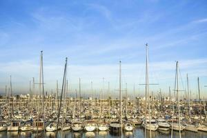 porto turistico per yacht. porto per barche a vela. vacanze estive, stile di vita di lusso. foto