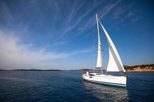 barca concorrente di regata velica foto