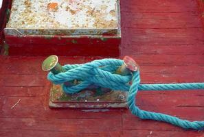 primo piano del nodo di ormeggio sul ponte di legno di una barca