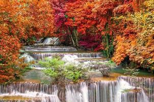 cascata nella giungla della foresta pluviale profonda al parco nazionale, foto