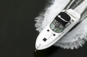 vista dall'alto del motoscafo bianco e nero sull'acqua