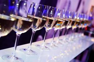 bicchieri da vino da discoteca foto
