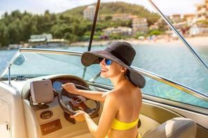 donna alla guida di yacht foto