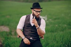 vaping uomo barbuto
