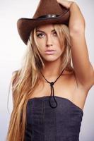 donna bionda che indossa il cappello da cowgirl foto