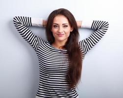 felice successo giovane donna con i capelli lunghi sorridendo foto