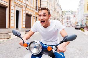 testando il suo nuovo scooter