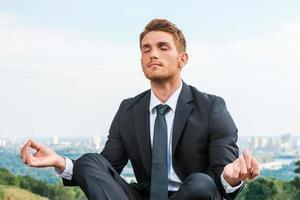 uomo d'affari meditando. foto