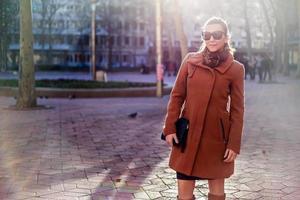 ragazza in piedi nella piazza della città e sorridente foto