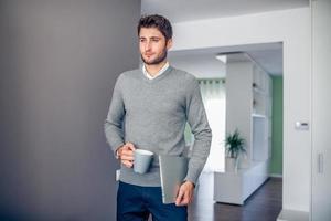 bel giovane imprenditore sorridente, lavorando da casa foto