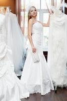 sposa che prova abiti nel salone da sposa