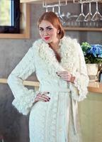 giovane bella donna in cappotto lavorato a maglia