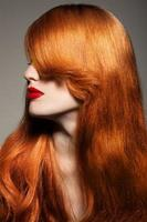 bella ragazza. capelli lunghi sani.