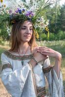 giovane e bella donna con ghirlanda di fiori foto
