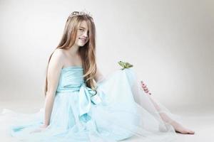 ragazza adolescente con re rana, sorridente, ritratto foto