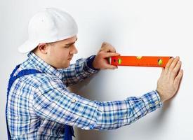 lavoratore utilizzando la livella a bolla d'aria foto