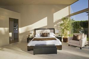 spaziosa camera da letto illuminata dal sole foto