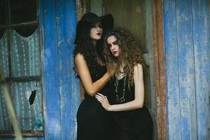due donne vintage come streghe