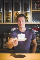 barista che offre caffè