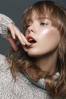 ritratto di una giovane ragazza in studio maglione