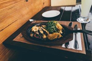 cibo in cima alla piastra calda foto