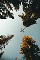 foto ad angolo basso del drone che decolla