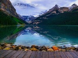 vista delle montagne rocciose canadesi foto