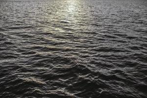 specchio d'acqua al tramonto foto