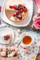 torta su un piatto bianco foto