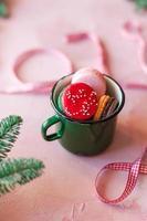 macarons in una tazza di metallo verde foto