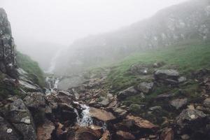 nebbioso paesaggio cascata