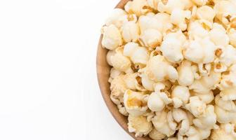 popcorn su sfondo bianco foto