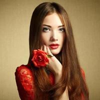 ritratto di una bella donna dai capelli scuri con fiori