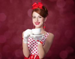 belle donne rosse con una tazza di tè. foto