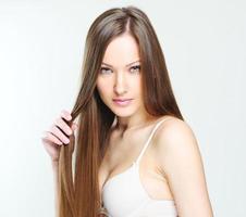 bella donna con i capelli lunghi sani
