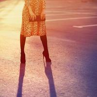 concetto di moda elegante, bella donna elegante in abito leopardato w foto