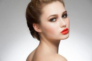 donna con rossetto arancione