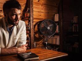 giovani uomini barbuti attraenti pongono in camera moderna. foto in primo piano.