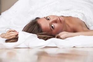 sposa sdraiata sul pavimento foto